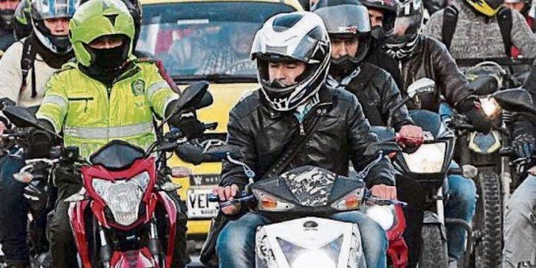 Motocicletas y taxi en Bogotá - Foto El Tiempo