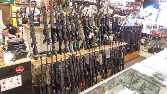 Assault_rifles_in_Gallenson's_Gun_Shop - Origen Wikipedia