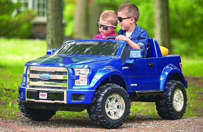 Niños en un auto eléctrico - Origen desconocido