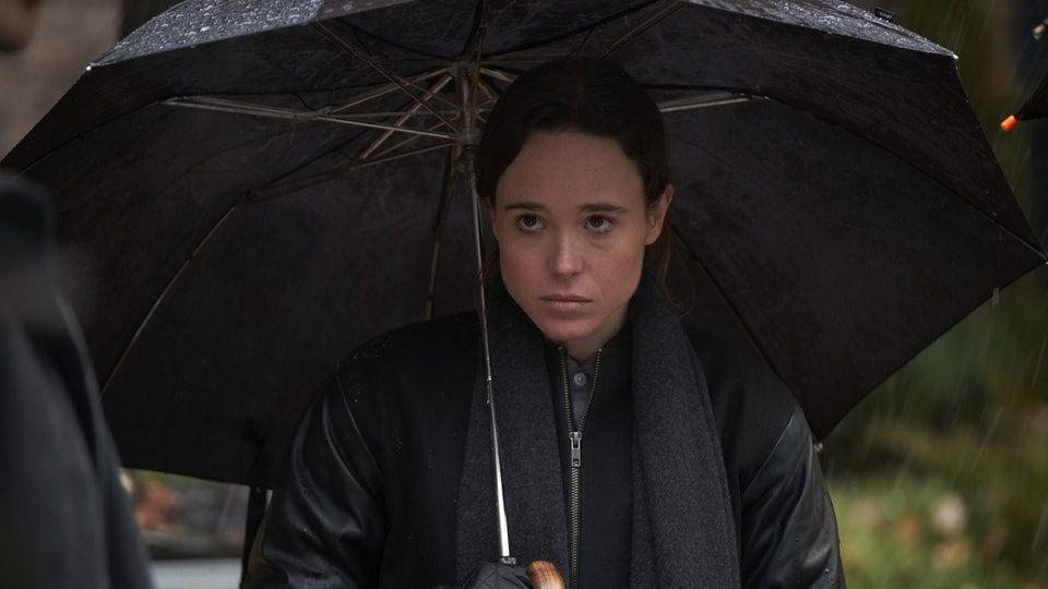 Vanya under an umbrella - The Umbrella Academy - Origen Netflix