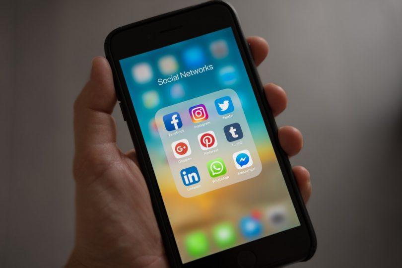 Redes sociales en un smartphone - Origen desconocido