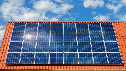 Banco de paneles solares en un techo de casa - Foto Shutterstock