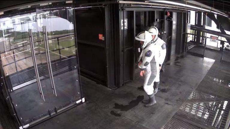Los astronautas salen del ascensor - Captura de pantalla - Streaming oficial de SpaceX