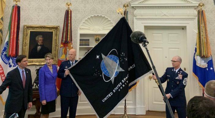 Presentación banjera Fuerzas Espaciales EEUU - Origen SpaceNews