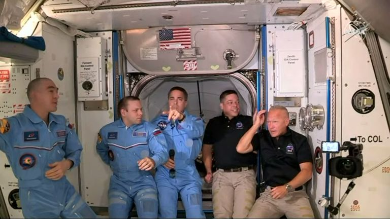La tripulación de la ISS a la llegada de Demo 2 - captura de pantalla - video SpaceX-NASA