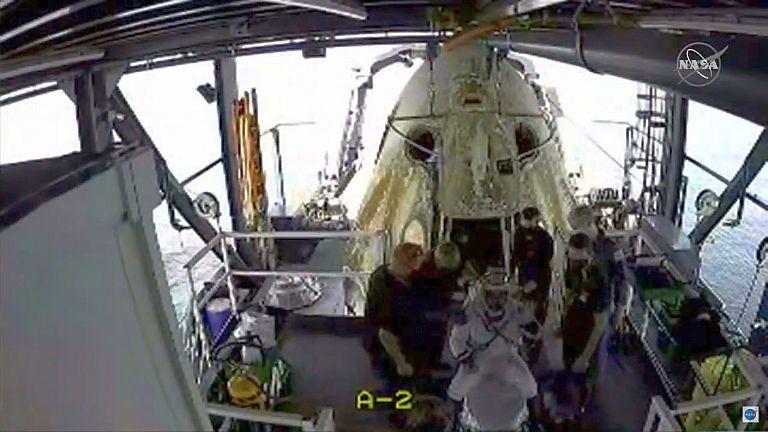 Salida de los astronautas de Endeavour - Captura de pantalla - Streaming SpaceX y NASA