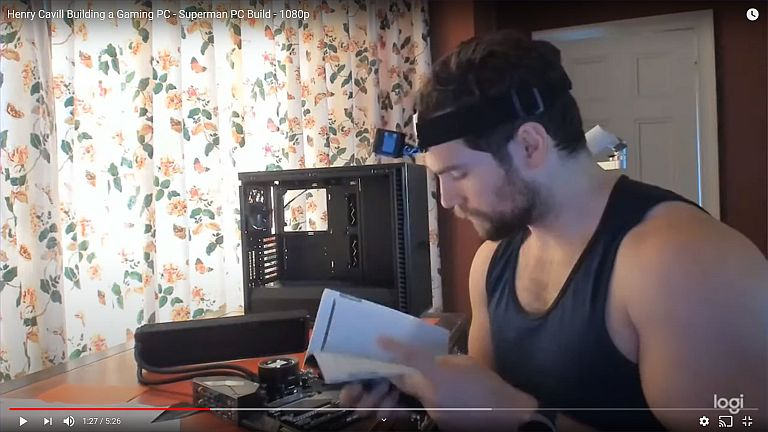 Superman leyendo la doc de la motherboard de su PC - Captura de pantalla video YouTube