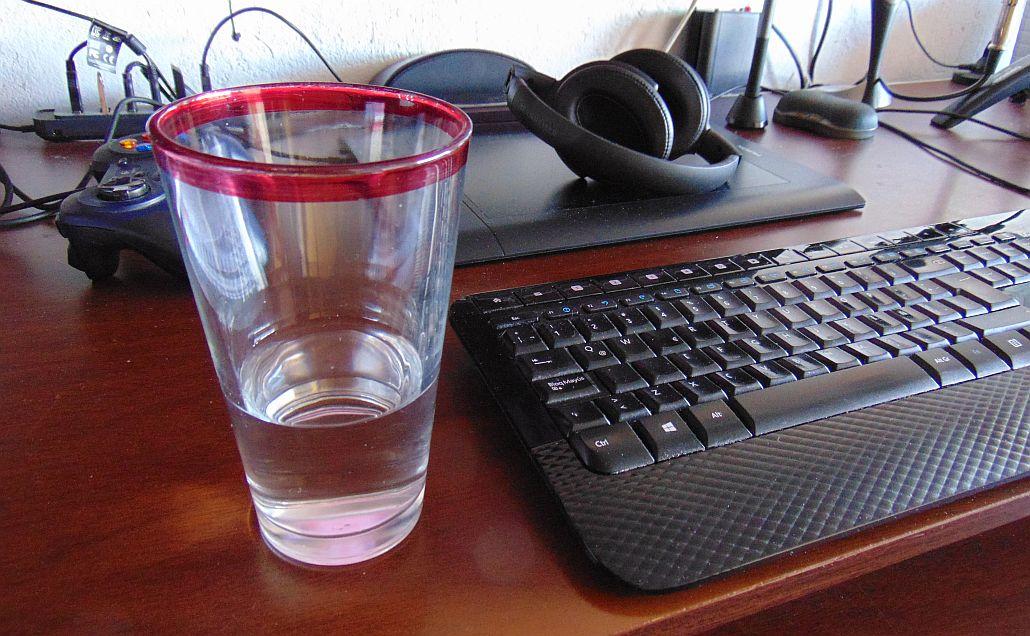 Un vaso sobre un escritorio - Colección TMN