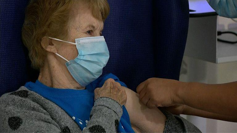Margareth Keenan primera en recibir una de las vacunas COVID-19 - Origen BBC