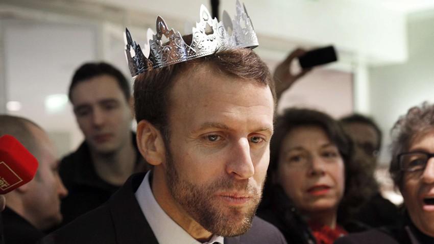 Emmanuel Macron avec une couronne en carton - Origen desconocido