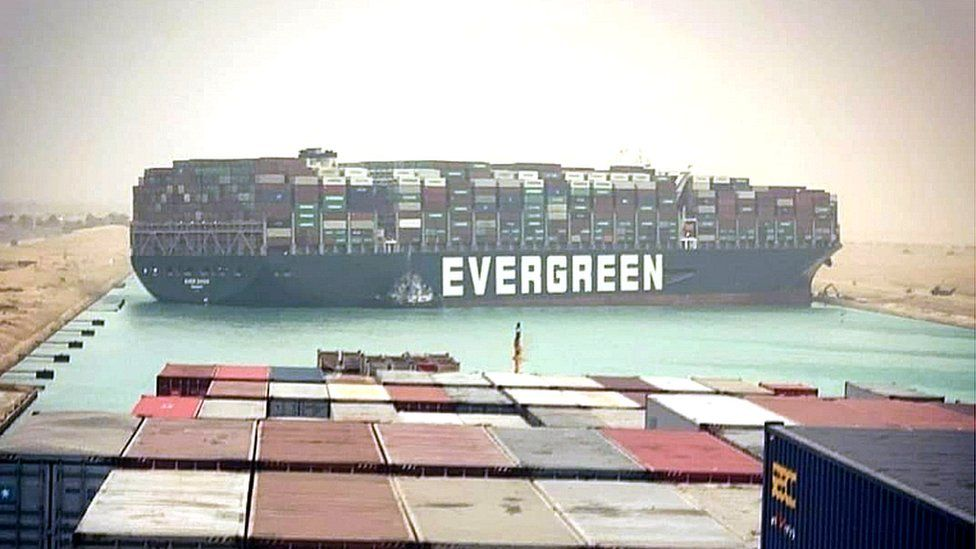 """El barco """"Ever Given"""" atascado en Suez -Foto EPA"""