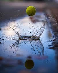 una pelota de tenis rebotando en el agua - Origen desconocido