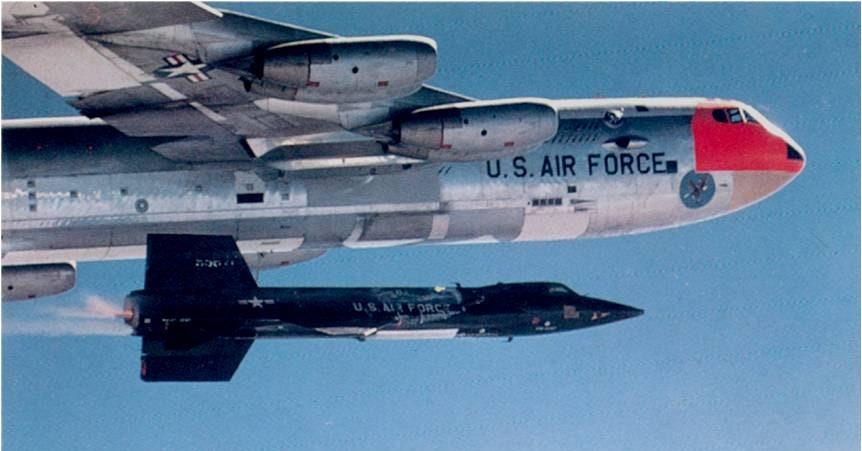 Un X15 bajo un transportador B52 - Origen NASA