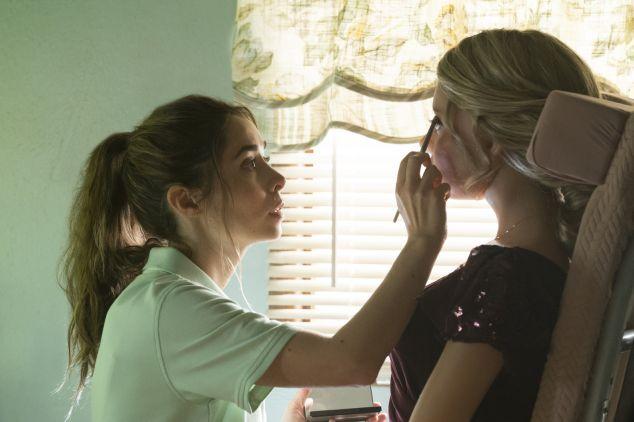 Hazel maquillando a Diane en Made For Love – Origen Paramount/HBO Max