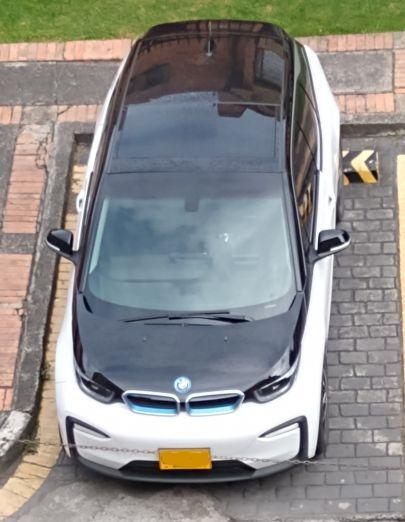 Una BMW I3 parqueada en la calle - Colección TMN